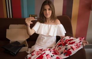 Mastrangelo Reino / A CIDADE - A blogueira de moda Clara Gomes teve que pagar 12% a mais pelas compras feitas em sites internacionais antes do anúncio das novas medidas do BC