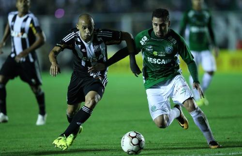 Folha Imagem - Claudinho, do Guarani, em disputa de bola com Dudu, na partida deste sábado