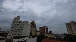 Semana começa com clima ameno e possibilidade de chuva
