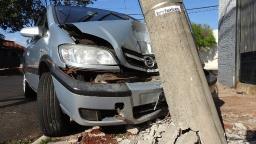 Motorista colide contra poste e abandona veículo no Yolanda