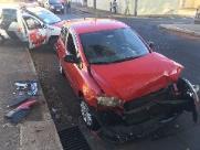 Colisão entre carro e caminhão deixa jovem ferido em São Carlos