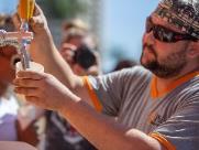 Cervejaria distribuiu 220 litros de chope em avenida de Ribeirão
