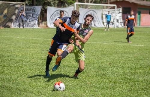 Weber Sian / A Cidade - Volante Lineker sai na marcação de jogador do Catanduva em jogo-treino (Foto: Weber Sian / A Cidade)