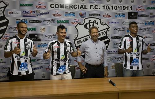 Weber Sian / A Cidade - Gleyson, Vitor e Michel foram apresentados por Ademir Chiari, presidente do Comercial (Foto: Weber Sian/A Cidade)