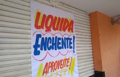ACidade ON - São Carlos - Comerciantes fazem 'liquida enchente' no Centro de São Carlos