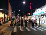Vira turismo primeiro dia de abertura noturna do comércio