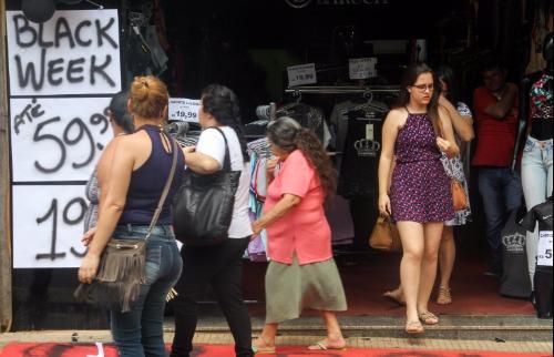 Da reportagem - Comércio já está preparado para o da de descontos, a Black Friday (Foto: Amanda Rocha)