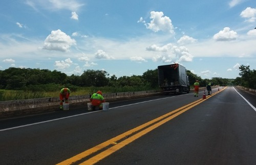 ACidade ON - Araraquara - Funcionários trabalham na pintura da pista
