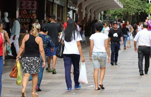 Weber Sian / A Cidade - Consumidores caminham pelo Calçadão de Ribeirão Preto