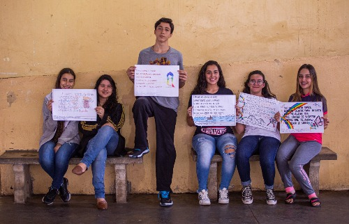 Alunos do nono ano do ensino fundamental da escola Dom Luiz do Amaral Mousinho seguram cartazes com cordéis autorais (Foto: Weber Sian/ ACidade ON). - Foto: Weber Sian / A Cidade
