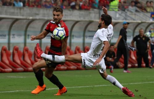 Foto: Anderson Freire / Agif / Estadão Conteúdo - Lateral Juninho Capixaba tenta cortar lance de ataque do Sport (Foto: Anderson Freire / Agif / Estadão Conteúdo)
