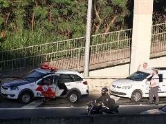 Corpo de homem em pontilhão da Lix da Cunha choca motoristas - Foto: Código 19