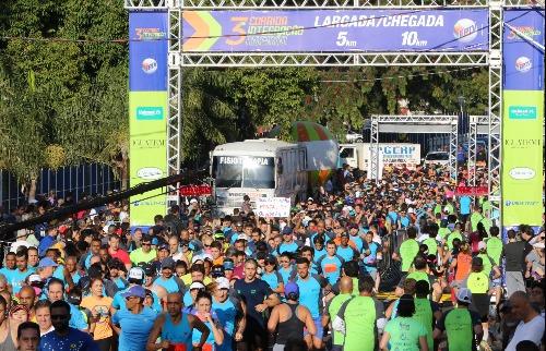 Mar de gente: cerca de quatro mil corredores, entre profissionais e amadores, participaram da corrida de 2017 (Foto: Renato Lopes / Especial) - Foto: Renato Lopes / Especial