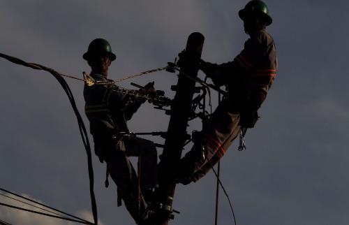 Matheus Urenha / A Cidade - Técnicos durante trabalho na rede elétrica da CPFL