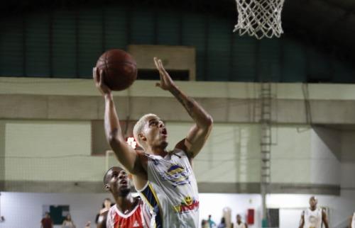 Cravinhos não conseguiu segurar o adversário - Foto: Divulgação / Blackstar Basquete