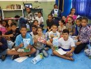 Alunos da rede municipal ganham bombons pelo Dia das Crianças