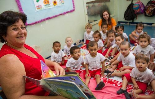 Tribuna Araraquara - Educadora usa livro em relevo e fantoche para contar histórias (Amanda Rocha/Tribuna)