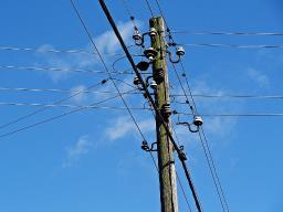 Moradora bate em suspeito de furtar fios elétricos de poste