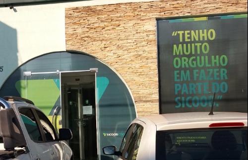 Criminosos estouraram a porta de vidro para acessar cooperativa - Foto: ACidade ON - Araraquara