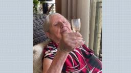 Curada da covid-19, idosa de 103 anos faz festa pela internet
