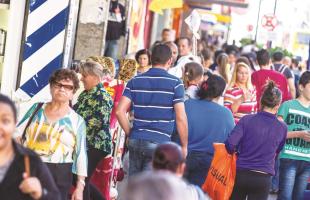 Movimento  Lojistas apostam que consumidores procurarão quitar e renegociar dívidas para retomar o poder de compra no período do Natal - Foto: deivide leme/Tribuna araraquara - 10.jul.2015