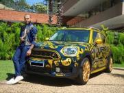 Daniel Alves vende carro autografado