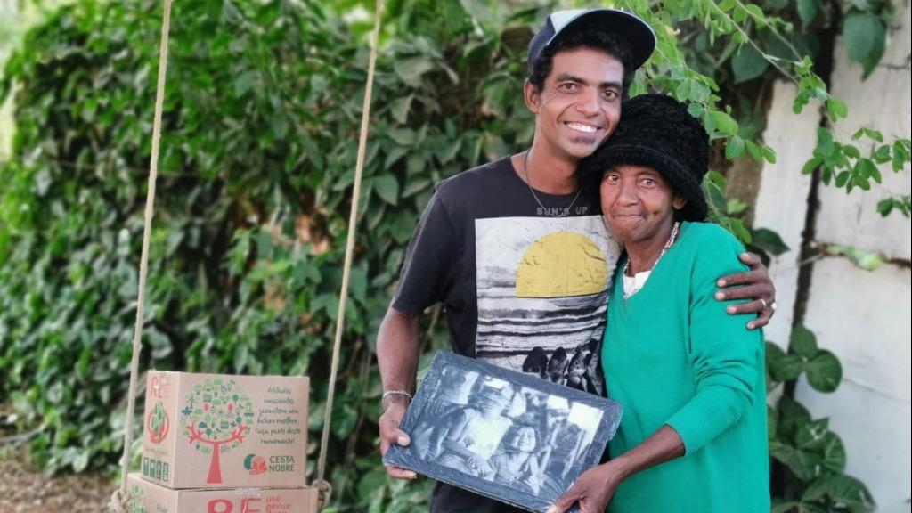 David Floriano da Silva, de 29 anos, e sua mãe, Silvana Neris, de 53 recebendo cesta básica e foto profissional enquadrada no Jardim New York. (Foto: Amazonfoto) - Foto: Amazonfoto