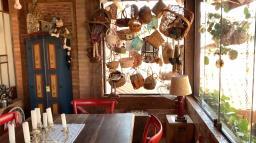 Casa Rústica em estilo primitivo com muita decoração afetiva