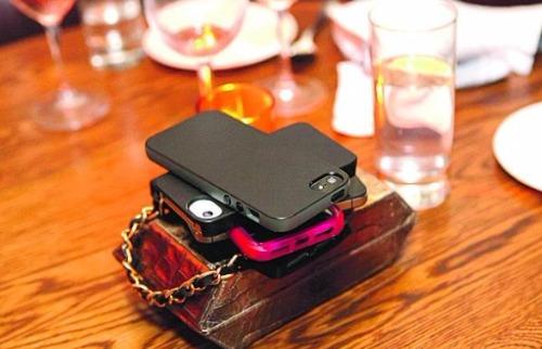 Da reportagem - Deixar o celular na mesa do bar é um dos erros mais comuns