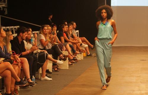 Milena Aurea / A Cidade - Desfile apresentou looks combinados com acessórios grandes, coloridos e chamativos