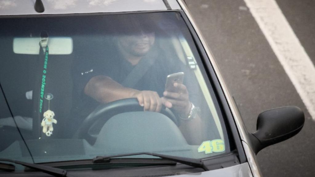 Motorista é flagrado falando ao celular - Foto: Divulgação