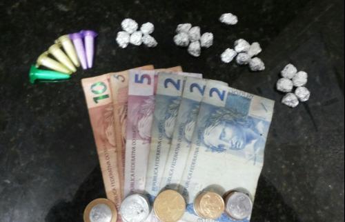 Droga e dinheiro foram encontrados com acusada presa - Foto: Divulgação