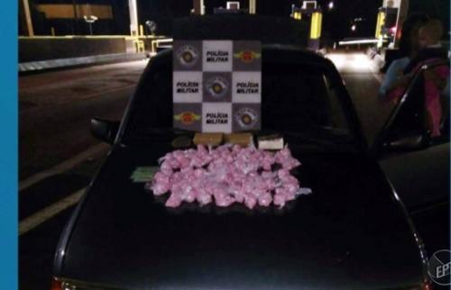 Casal transportava 1500 pinos de cocaína e 1,5 kg de maconha - Foto: Reprodução EPTV