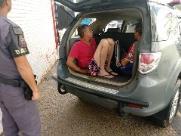 Dupla é presa após ser flagrada com carro furtado