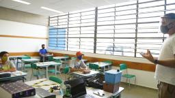 Saúde prevê vacinação de profissionais da educação até setembro