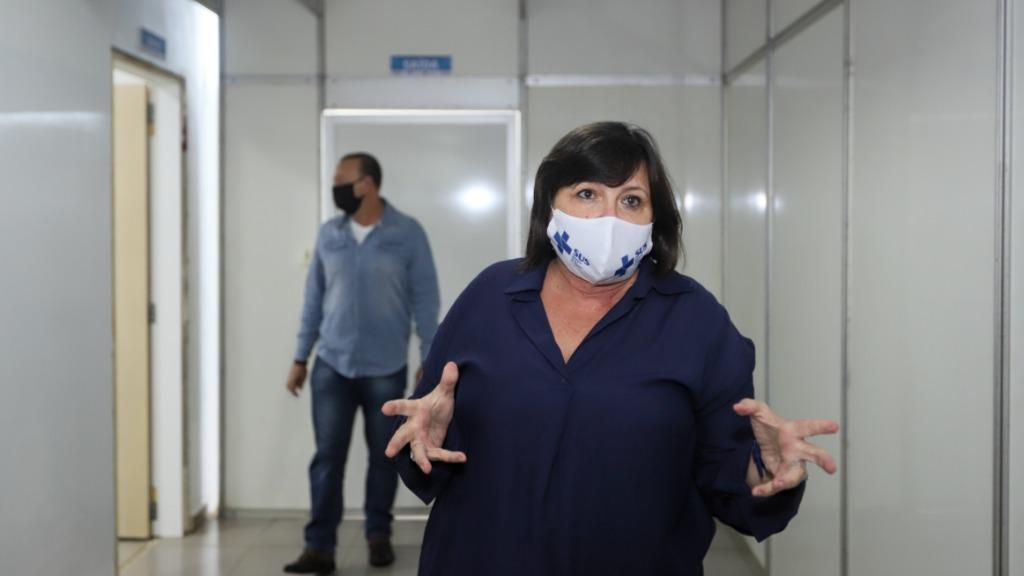 Eliana Honain no Hospital da Solidariedade, ao fundo o prefeito Edinho Silva (Foto: Amanda Rocha/ACidadeON Araraquara) - Foto: Amanda Rocha