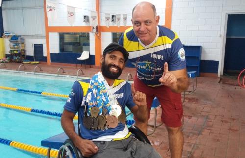 ACidade ON - São Carlos - Elton e o técnico Mitcho com as medalhas conquistadas (foto: Luã Viegas/ ACidadeON)