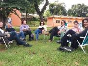 Em cadeiras de praia e na sombra de árvores, psicanalistas oferecem sessões gratuitas em São Carlos