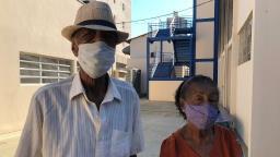 Emoção marca a vacinação de idosos com mais de 90 anos
