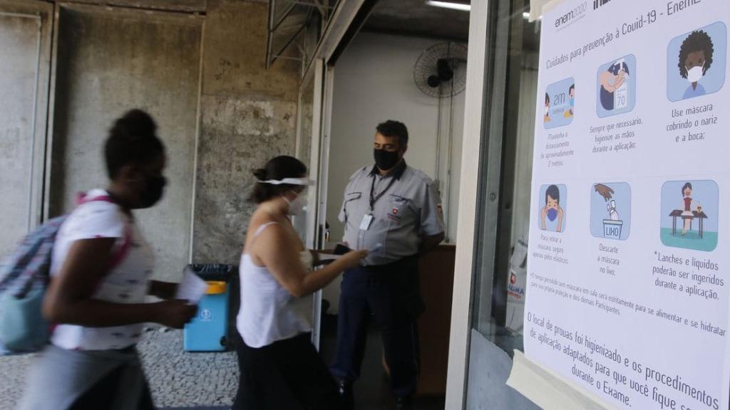 Estudantes chegam a local de prova para fazer o Enem 2020 - Foto: Tânia Rêgo/Agência Brasil