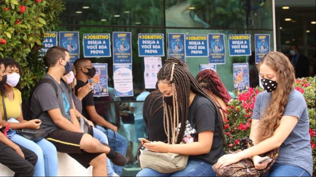 Estudantes aguardam para fazer o Enem 2020, que teve mais inscritos que o de 2021 - Foto: Rovena Rosa/Agência Brasil