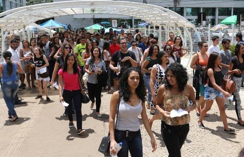 Candidatos deixam local de provas do Enem - Foto: Agência Brasil