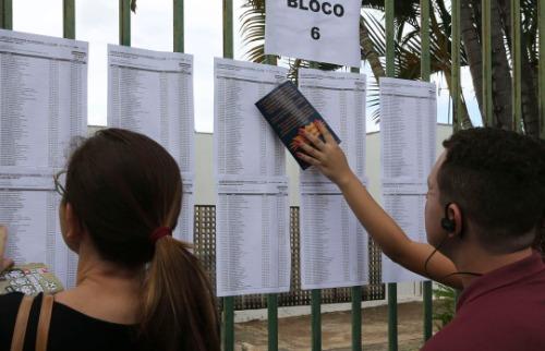 Estudantes consultam local de prova no primeiro dia do Enem - Foto: Agência Brasil
