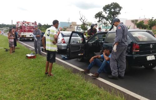 ACidade ON - São Carlos - Engavetamento entre cinco veículos na Washington Luís deixa quatro feridos