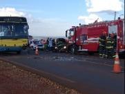Mulher morre ao colidir veículo contra ônibus em rodovia da região