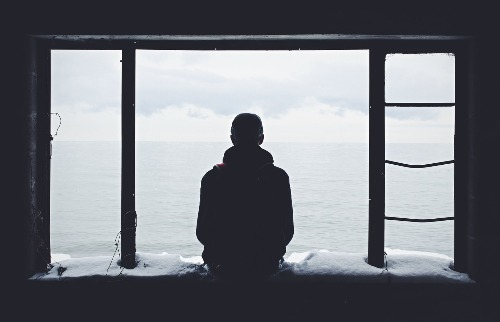 Pensamentos suicidas, delírios, e comportamento e fala confusos são sintomas da esquizofrenia | Foto: Noah Silliman / Unsplash - Foto: Agências