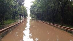 Chuva forte sobe nível do Capivari e alaga ruas de Monte Mor