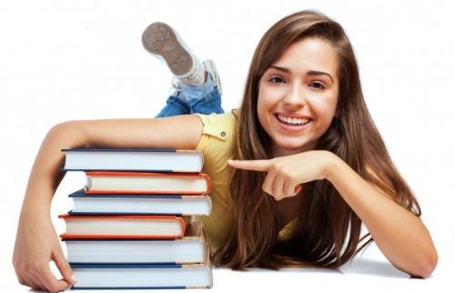 Estudante com livros - Foto: Freepick