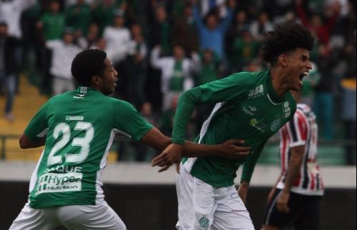 Luciano Claudino - Ewerton Páscoa comemora o segundo gol do Guarani na partida (Foto: Luciano Claudino/Código 19)
