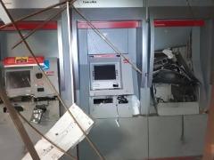 Caixas ficaram danificados e parte da agência destruída - Foto: Reprodução / Rede social